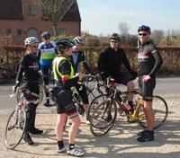 beeld van groepje fietsers dat stilstaat te keuvelen