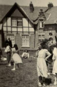 oude foto met bevolking op het Adm. Keyesplein (detail huis 34)