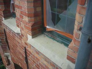 restauratiefase detail rond ramen (gevelsteen en dorpel reeds opgekuist)