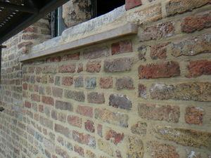 restauratiefase detail onder vensterdorpel (metselwerk opgekuist en nieuwe witsteendorpel onder behouden dorpel)